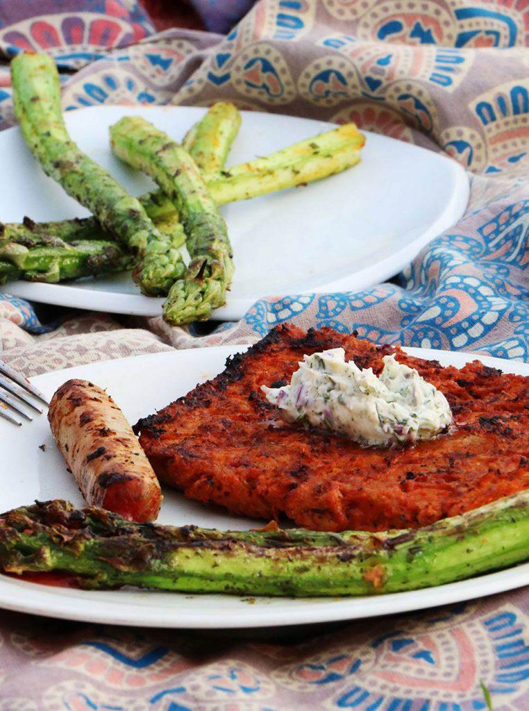 Fertige Soja Big Steaks auf dem Teller mit Spargel und veganem Würstchen. Foto von Pia(kraft-futter.de)