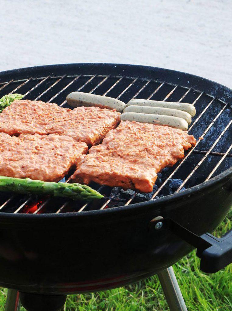 Soja Big Steaks mit veganen Würstchen und Spargel auf dem Grill. Foto von Pia(kraft-futter.de)