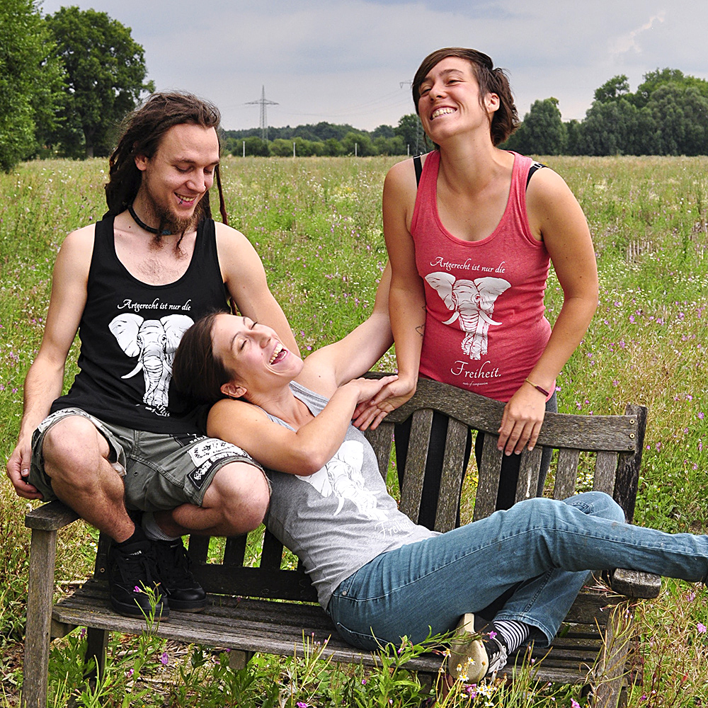 The tanktops have a new cut and we'll have them in grey, black and mixed red. IN the picture you see three roc-members enjoying the sun on a bench whie wearing the beautiful new tops