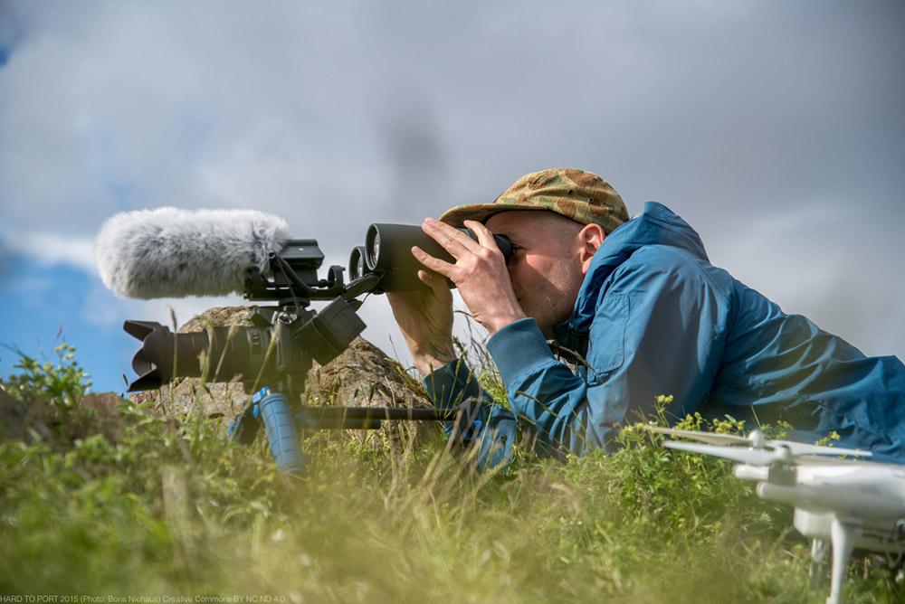 Whaler Watcher beobachtet Walfänger mit Kamera und Drohne