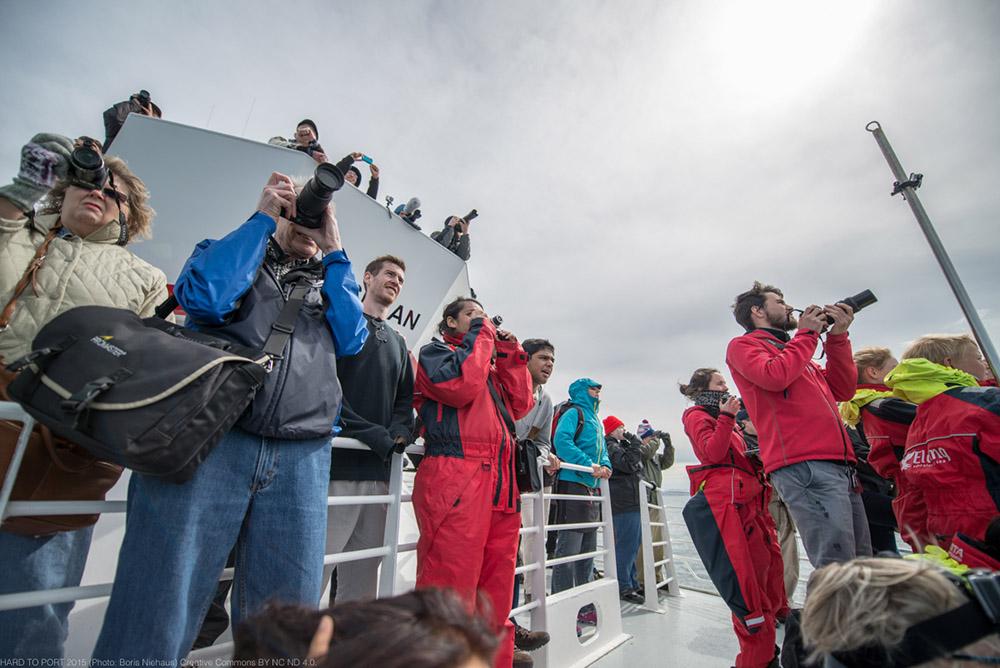 Whalewatching auf Island - jede Menge Tourist*innen auf kleinen Schiffen