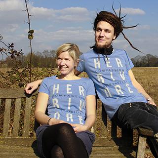 Juli und Simon chillen auf der Bank und tragen dabei die neuen 'Herbivore'-T-Shirts.