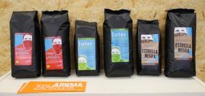 Kaffeepackungen auf Regal-klein