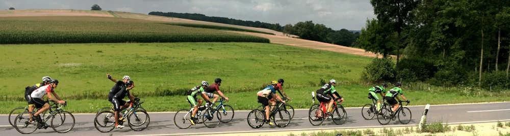 Radteam in langgezogener Kette auf dem Weg vom Chiemsee zum Land der Tiere
