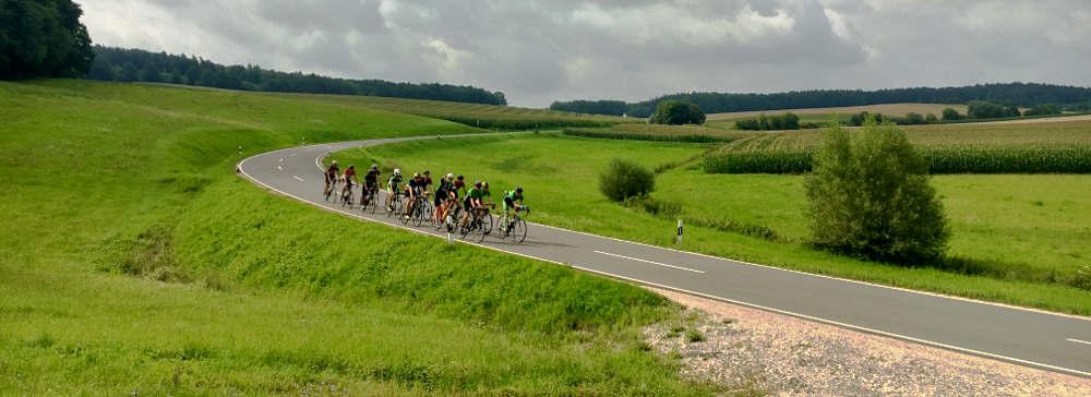 Radteam in der Totalen: Sprint durch eine Kurve