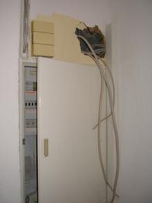 Kabel schauen über dem Sicherungskasten noch aus der Wand
