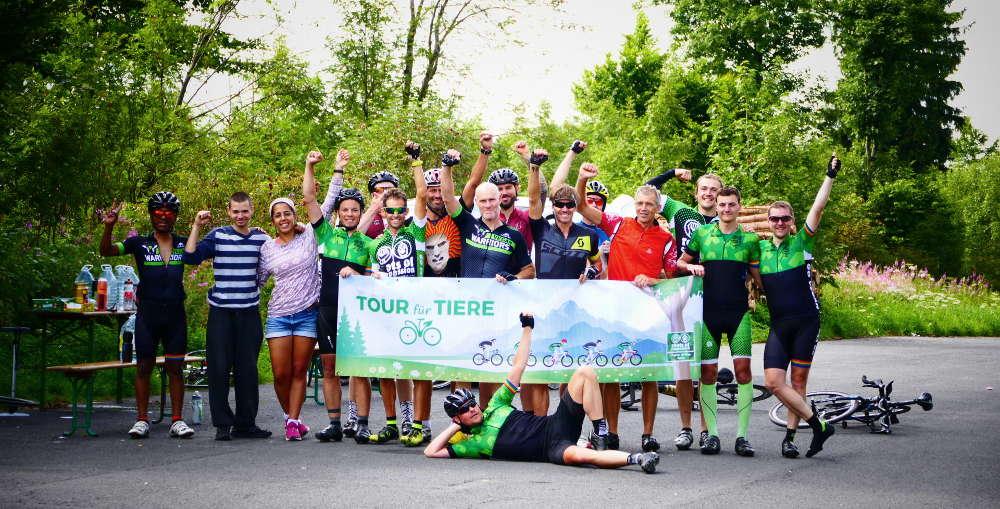 Foto des 'Tour für Tiere'-Teams mit Banner zur Aktion