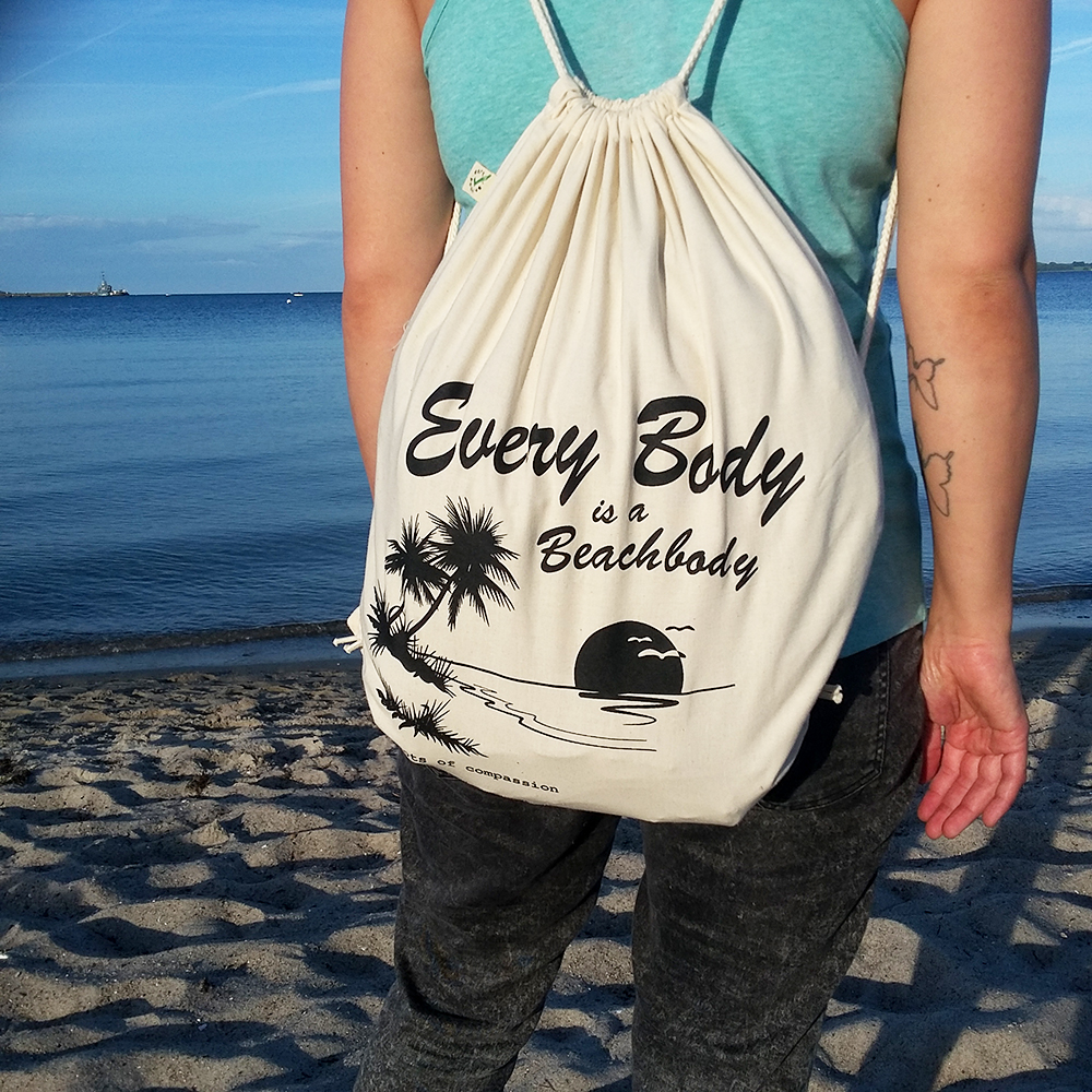 Der neue naturfarbene Turnbeutel 'Every body is a beachbody' am Strand von Eckernförde
