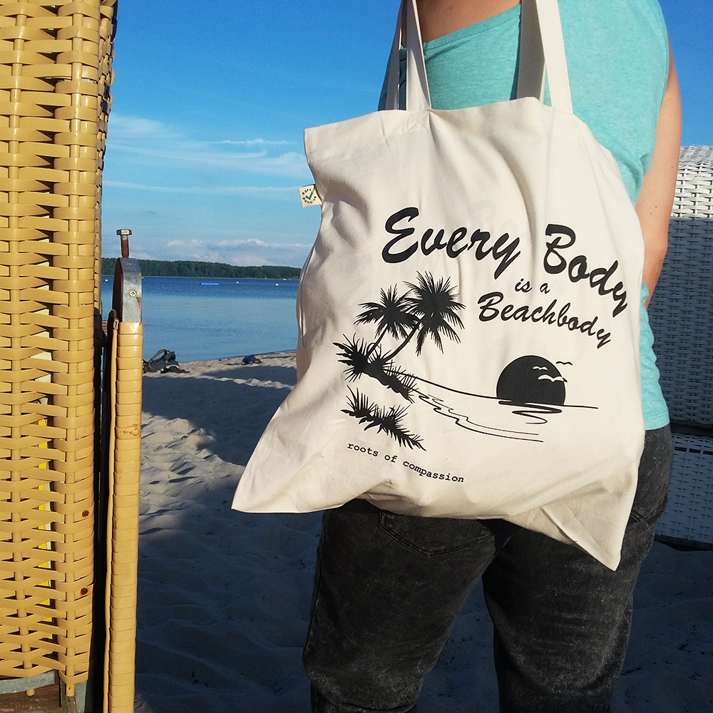 the new tote bag 'Every body is a beachbody' at the beach