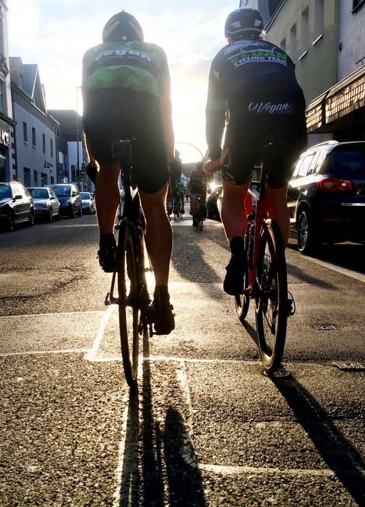 Radteam der Sonne entgegen durch die Stadt