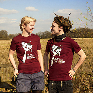 Juli und Simon mit den neuen 'How much do you really love animals'-T-Shirts