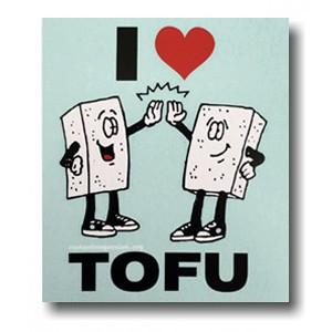 """der Magnet zeigt zwei sich abklatschende Tofublöcke, dazu der Schriftzug """"I heart Tofu"""""""