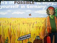 Wir wissen nicht, was uns die Karte sagen soll. Ein Mensch auf dem Weg zur Universtität, der gerade erfährt, dass mensch auch in Deutschland Spaß haben kann?