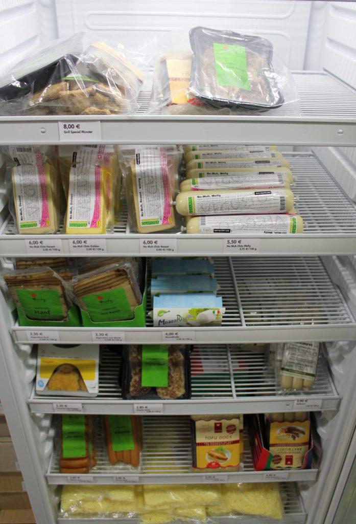 Blick in den Kühlschrank von roots of compassions veganladen mit veganen Käse- und Fleischalternativen.