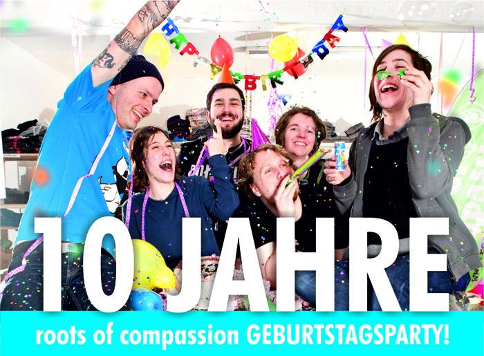 Fast alle Mitglieder des roots of compassion Kollektivs feiern den Geburtstag, mit Torte, Luftschlangen und Co.