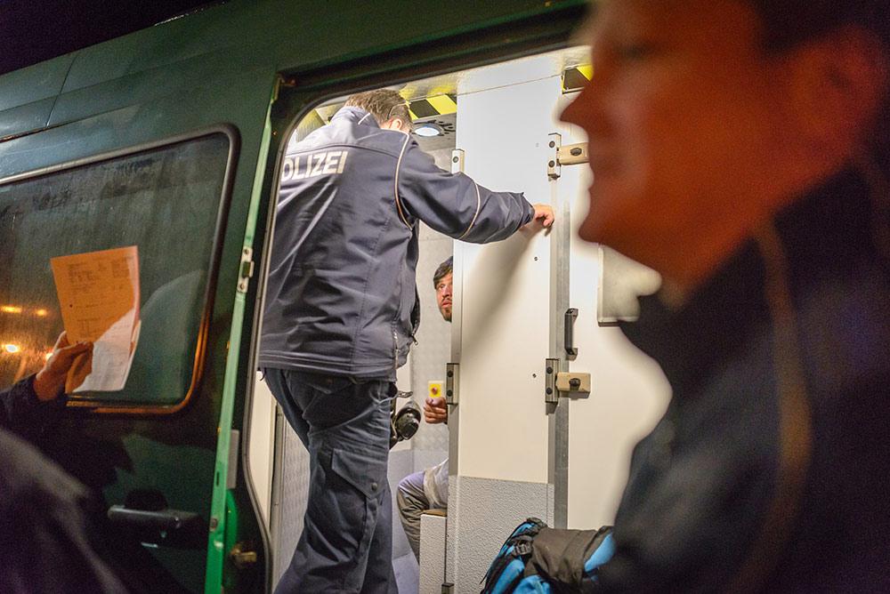 Ein Aktivist wird in einem Polizeiwagen festgehalten.