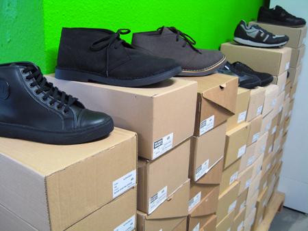 eine Reihe mit mehreren veganen Schuhen auf Stapeln mit Schuhkartons