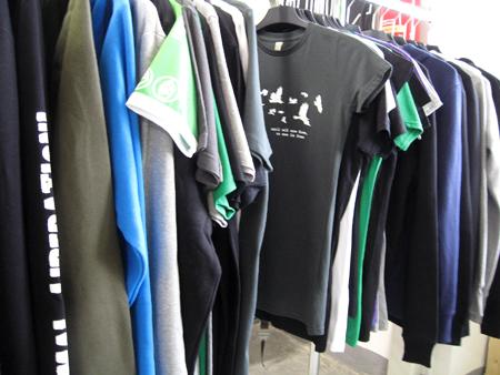 Kleiderständer mit allen Shirts von roots of compassion