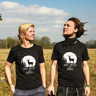 Simon und Juli am Feld mit den neuen T-Shirts 'Shoot photos not animals'