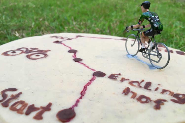 Eine Torte in Nahaufnahme mit einer Radfahrer-Figur in den Farben des roc cycling teams.