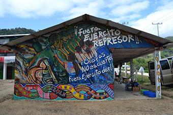 Bunte Wandmalerei in Chiapas, mit der Aufforderung an die Repressionsorgane, zu verschwinden