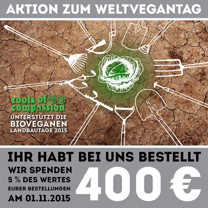 Zum Weltvegantag hat roots of compassion 400 € an die Bio-Veganen Landbautage gespendet. Auf dem Bild sehr ihr außerdem trockene Erde, die mit verschiedenen Gartengeräten fruchtbar gemacht wird, sodass ein erster grüner Salat auf ihr wächst.