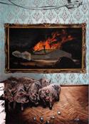 Postkarte von Hartmut Kiewert - Schweine in einem Wohnzimmer, dahinter das Bild einer brennenden Schlachtfabrik.